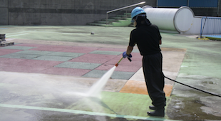 強力な高圧洗浄作業のイメージ